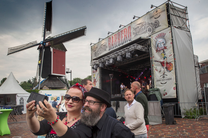 Een overdekt, opgebouwd podium bij een eerder evenement op het Molenplein in Mierlo.