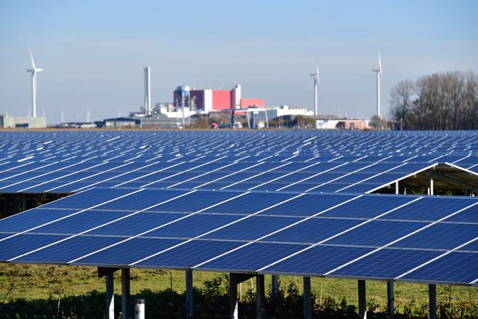 Het grootste zonnepark van Nederland in Farmsum bij Delfzijl. Het is ongeveer 30 hectare groot (65 voetbalvelden) en goed voor 123.000 zonnepanelen