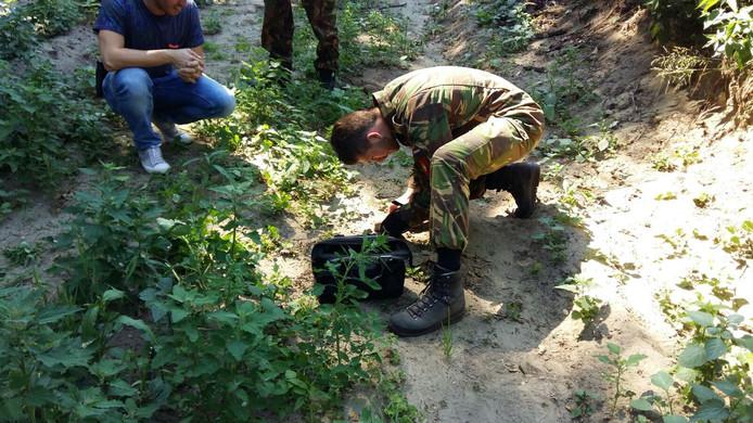 De granaat wordt onderzocht door de EOD.