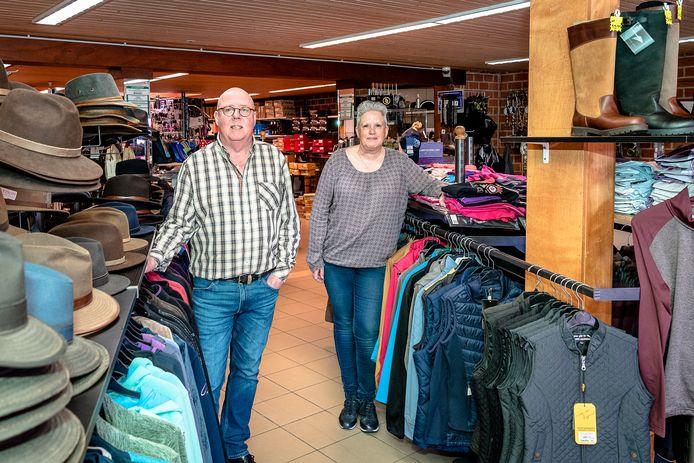 Leo en Joke verkopen nog de laatste spullen, voordat de familiezaak Verhoeff Ruitersport en Outdoor er na 101 jaar mee stopt.