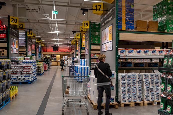 Om de supermarkten te ontlasten en klanten meer mogelijkheden te geven voldoende afstand te houden zijn groothandels als Makro en Sligro sinds medio maart voor iedereen toegankelijk.
