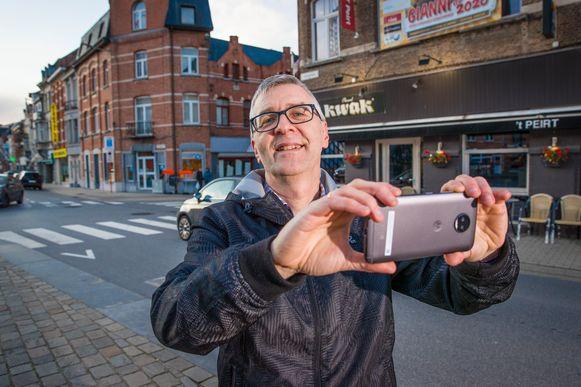 Jan Van Haver met zijn smartphone op pad in Dendermonde.