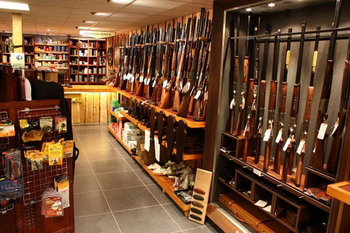 Wapenwinkels kunnen hun voorraden niet uitleveren, omdat de politie vanwege de coronacrisis het wapenregister niet bijwerkt.