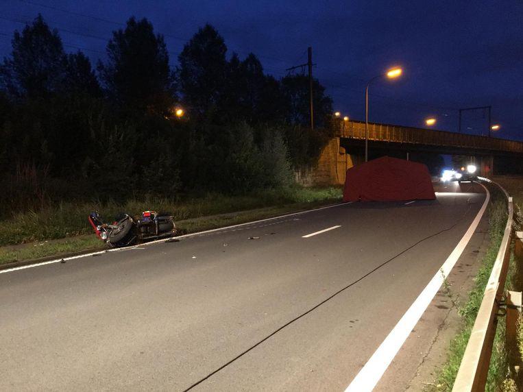De motorfiets werd weggeslingerd na een aanrijding met een truck.