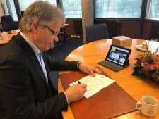 Burgemeester van Voorst is doorbijter: 327 brieven met de hand ondertekend