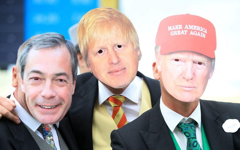 Demonstranten dragen op de Royal Ascot Racecourse maskers van Nigel Farage, Boris Johnson en Donald Trump.