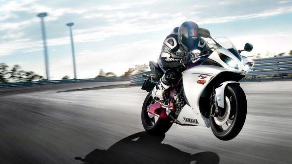 Een wheelie met een Yamaha R1.