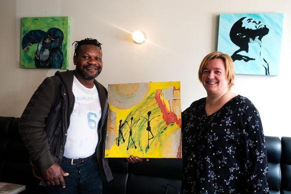 Nelly Vander Beeken en Kua Nzanbi Matondo bij de werken.