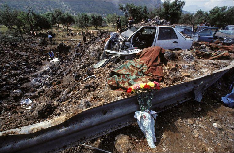 De ravage na de aanslag op onderzoeksrechter Falcone op 23 mei 1992 in Palermo, Italië.  Beeld Hollandse Hoogte / Gamma Presse Images