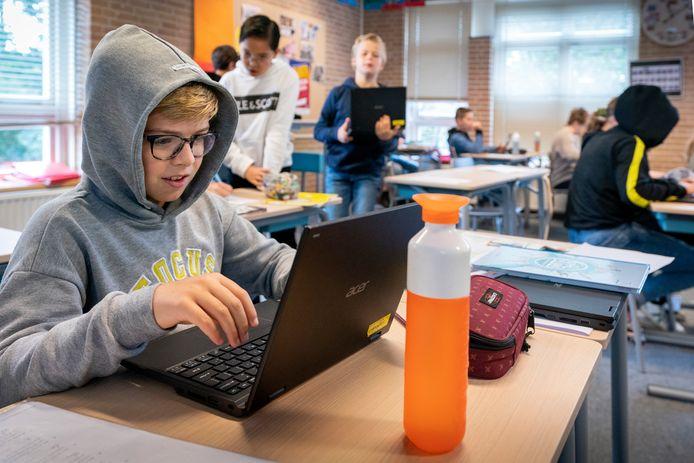 Bij basisschool Johannes Paulus in  Heusden draagt Tijn van Gestel een hoodie tegen de kou, als gevolg van de geopende ramen.