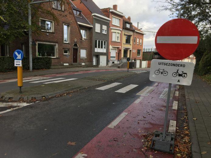 Gemotoriseerd verkeer dat vanuit de richting van Marke of de Felix de Bethunelaan komt, mag in de Marksesteenweg tot de aansluiting op de Graaf Karel de Goedelaan rijden en geen meter verder. De signalisatie is overduidelijk.