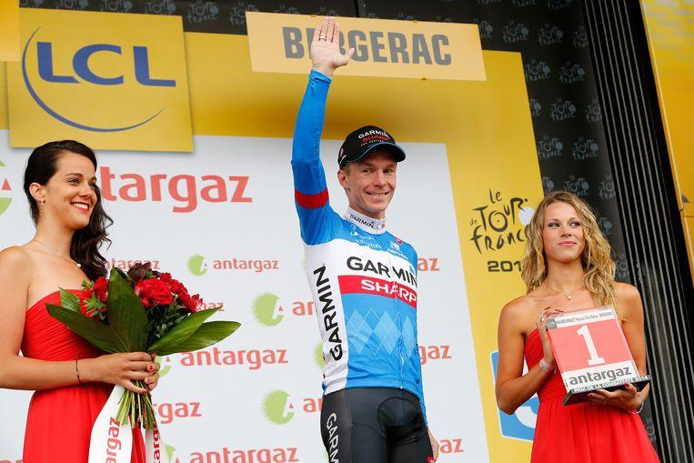 Tom-Jelte Slagter krijgt het rode rugnummer, de prijs voor de meest strijdlustige renner, op het podium na de negentiende etappe van de Tour de France. Beeld anp