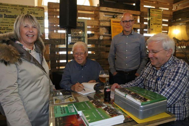 Noëlla Van Durme laat haar exemplaar signeren door Roger Vanderweyden, in bijzijn van Ben Vanderweyden en Eric Walraevens.
