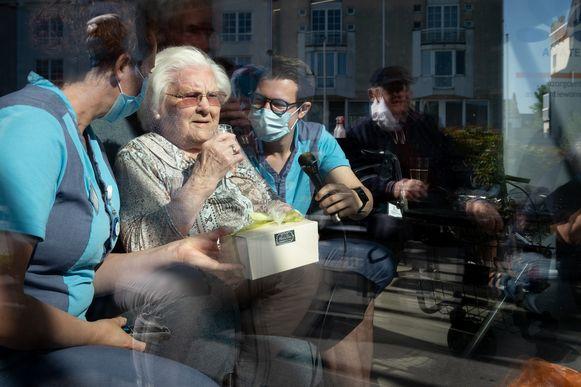 Een archiefbeeld van Julia Van Hool tijdens de (coronaproof) viering van haar 111de verjaardag.