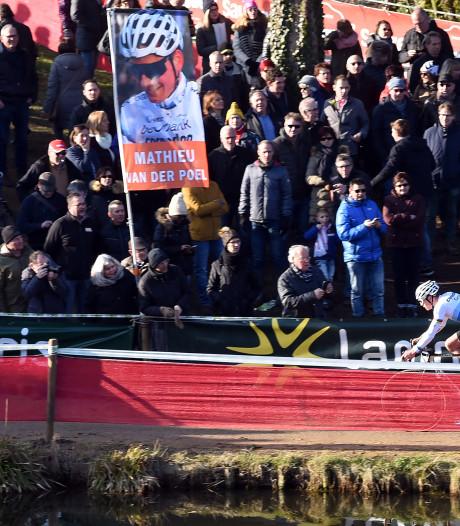 Behulpzame moeder redt met reservefiets Vestingcross van renster uit Wolphaartsdijk