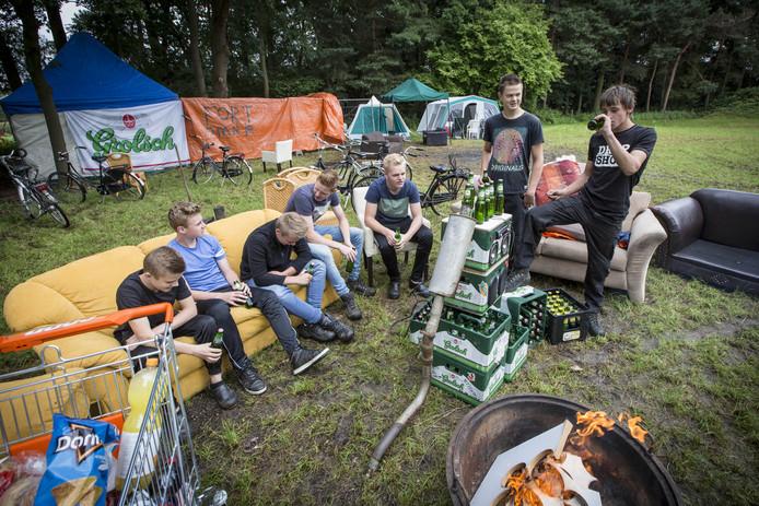 Deze jongeren in Albergen houden zich in 2017 strikt aan de regels.