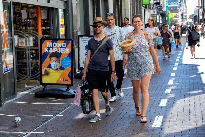 DEN HAAG - In de Haagse Spuistraat draagt het winkelend publiek nog maar weinig mondkapjes. FOTO EN COPYRIGHT HENRIETTE GUEST
