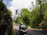 Mountainbiker vliegt over Tour de France-peloton