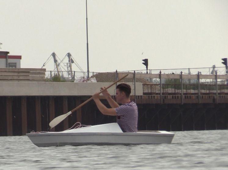 18-jarige Melvin met zelfgemaakte boot het water op
