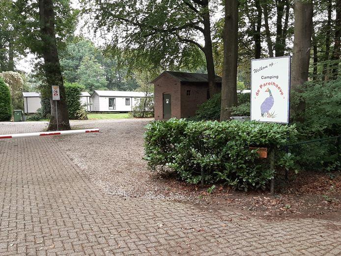 Op het voormalige kampeerterrein aan de Zwolseweg in Wenum-Wiesel zijn vijf stacaravans neergezet. Dat is volgens de gemeente Apeldoorn niet de bedoeling.