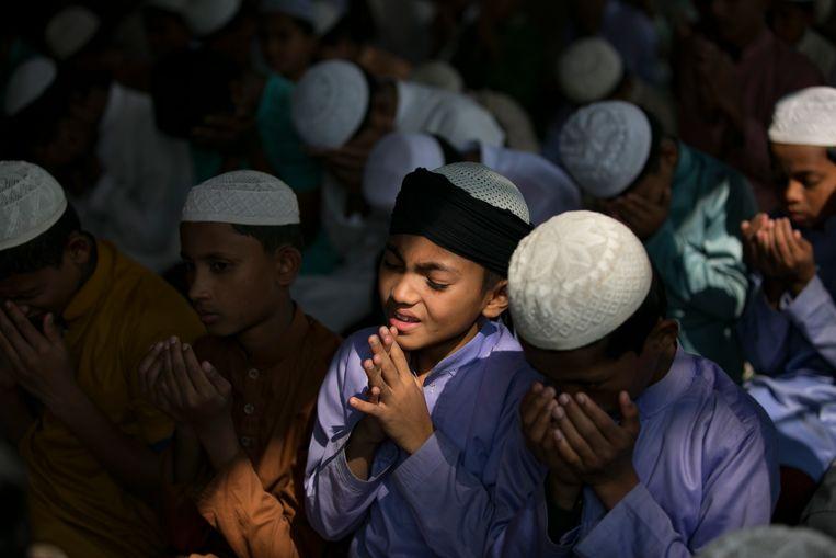 Jongeren bidden eind januari in een Rohingya-vluchtelingenkamp in Bangladesh voor een goede uitkomst in de zaak die bij het Internationaal Gerechtshof dient.  Beeld Getty Images