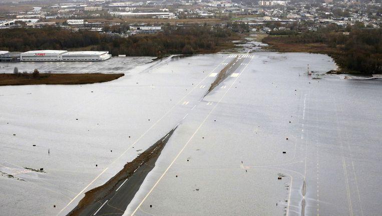 De landingsbaan van Teterboro Airport kwam onder water te staan door superstorm Sandy. Beeld ap