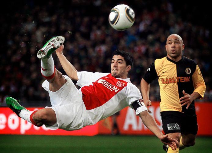 Luis Suárez als aanvoerder van Ajax in een duel met Veendam. Op de achtergrond: Angelo Cijntje.