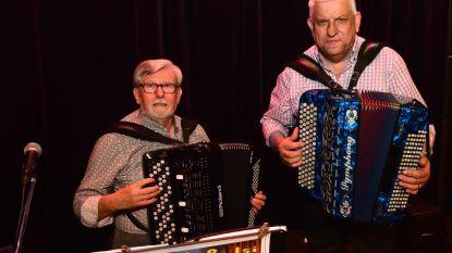 Michel en Isi spelen samen op hun accordeon