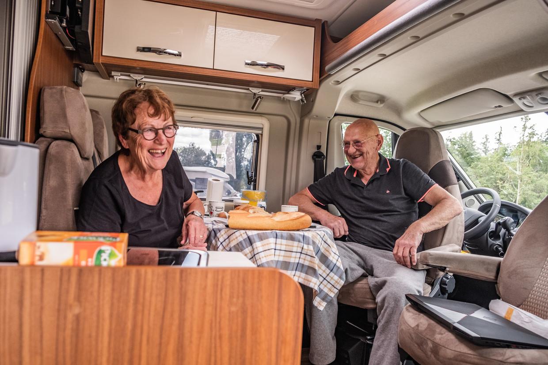 Cees en Truus Kuipers uit Ilpendam, met hun camper op camping Porte des Vosges in Bulgnéville. Beeld Joris Van Gennip
