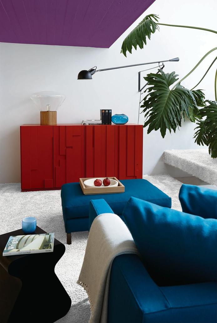 Elke interieurarchitect moedigt het aan: durf! Niet iedereen vindt het mooi, maar behoudend is dit paarse plafond zeker niet.