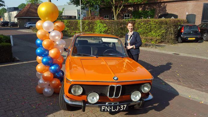 Ook de lintjesregen in Oirschot verliep vanwege corona anders dan gebruikelijk. Burgemeester Judith Keijzers bezocht de gedecoreerden toen kort aan de voordeur, met een oude, oranje BMW.