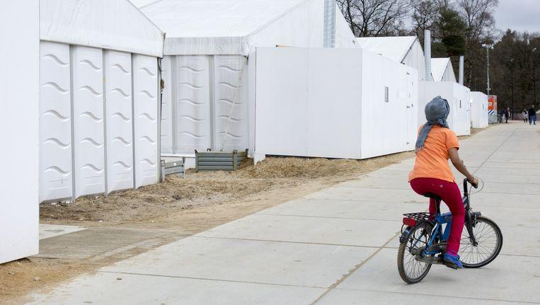 Een vluchteling op een fiets bij de tijdelijke noodopvang Heumensoord. Beeld anp