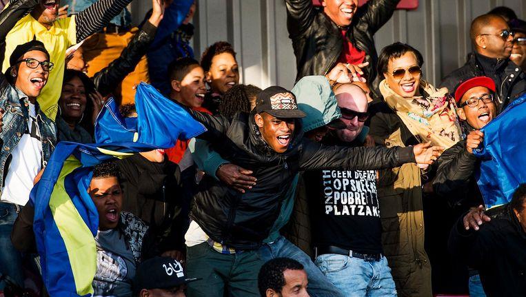 Curaçaoers juichen tijdens een oefenwedstrijd tegen Suriname in 2015. Beeld anp