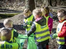 Kinderen Plechelmusschool in De Lutte gaan met prikstok het afval te lijf