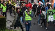 """Naomi (25) ging helemaal alleen tussen NSV-betoging lopen met witte bloem """"om te protesteren tegen hun rechts protest"""""""