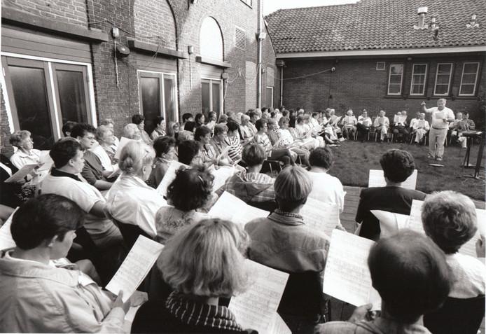 Dirigent Ad van de Wetering initieerde eind jaren tachtig een Roois vakantiekoor. Inwoners van Sint-Oedenrode die niet op vakantie gingen, studeerden buiten in de zon een concert in. In de topjaren trok het initiatief over de honderd zangers en zangeressen.