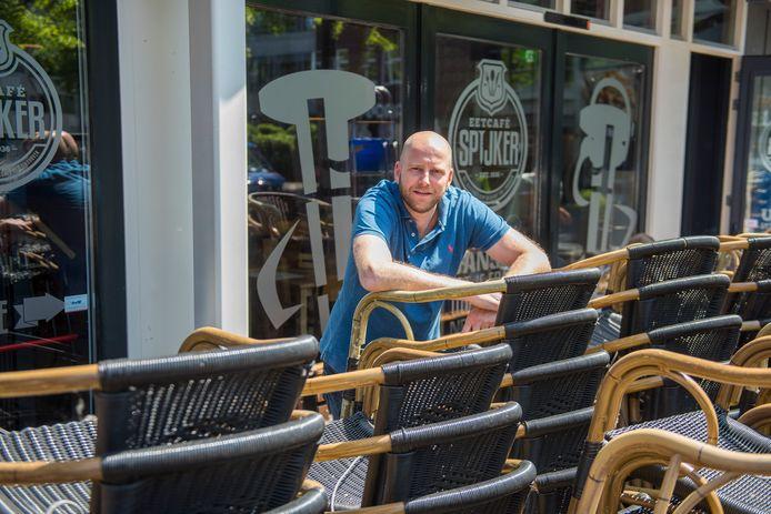 Paul van Boxtel bij het opgestapelde terrasmeubilair van De Spijker in Eindhoven.