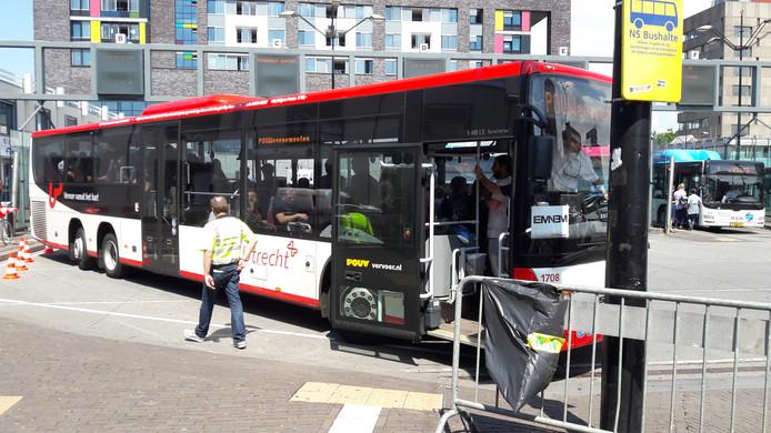 Eén van de pendelbussen voor de Eminem-fans op het station van Nijmegen.