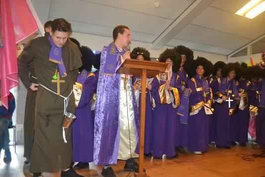 Gesteund door zijn gospelkoor zingt Timo de Veer zijn campagnelied waarin hij zich aanprijst als echte Herpenaar.