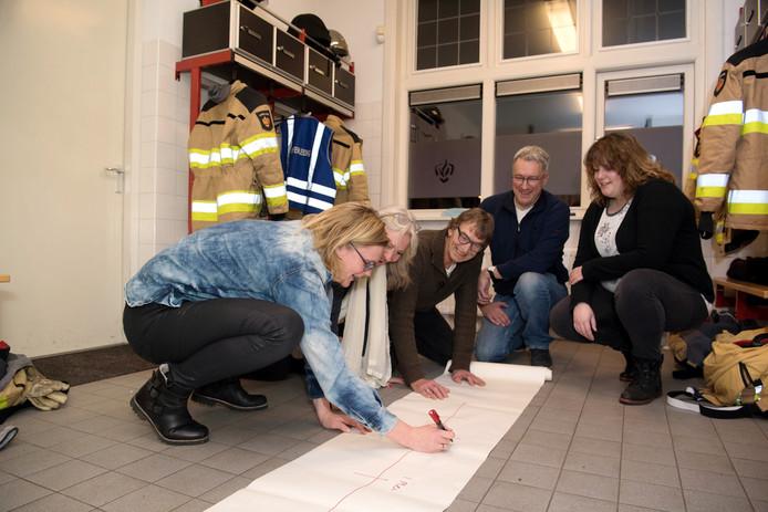 Tussen de brandweerpakken wordt een tijdlijn getekend van de verdere aanpak door het bestuur van de Coalitie Balkbrug 2025.