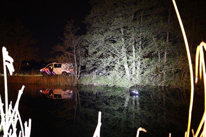De auto (rechts op de foto) kwam nog enkel met de klep van de kofferbak boven het water uit.