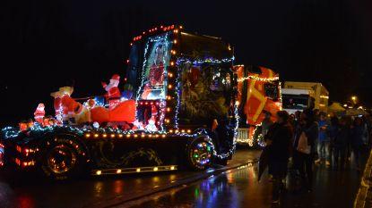 Versierde en verlichte trucks brengen rechteroever in kerstsfeer tijdens kersttruckshow
