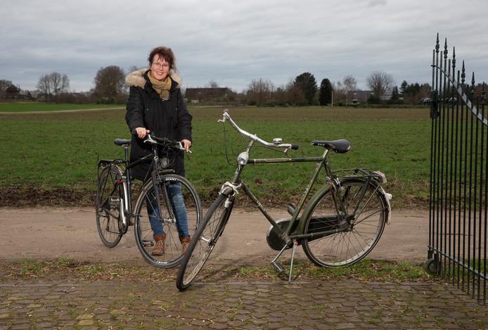 Marie Louise Gal met de terug gevonden fietsen van haar overleden zoon.