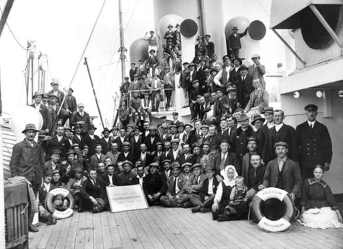 Landverhuizers aan boord van stoompassagiersschip Volendam.
