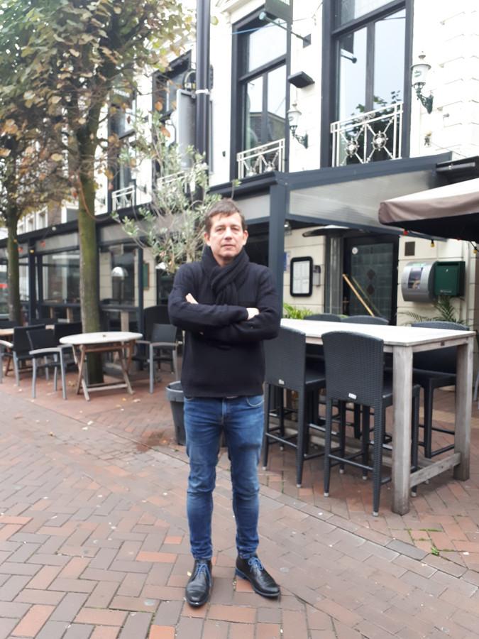 Gedupeerde horeca-ondernemer Ruud de Jong voor De Shamrock, waar is ingebroken.