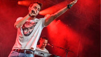 Op zijn eerste album haalt Guga Baúl stemimitaties boven in eigen nummers: hij is Clouseau, Gorki en Stef Bos tegelijk, maar ook weer niet
