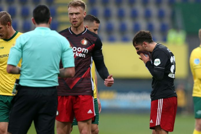 Orkun Kökcü (rechts) heeft zojuist de rode kaart gekregen van arbiter Dennis Higler.