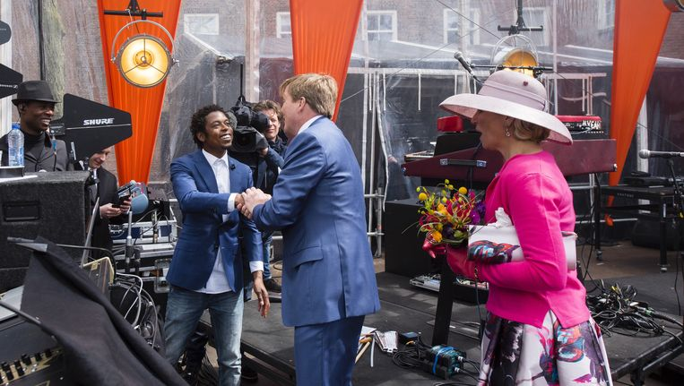 Koning Willem-Alexander en koningin Maxima ontmoeten rapper Typhoon tijdens Koningsdag in Zwolle Beeld anp