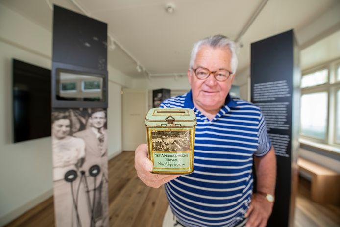 Penningmeester Donald de Leeuw is dolblij dat hij de collectebus van Het Apeldoornsche Bosch voor het Herinneringscentrum op de kop heeft weten te tikken.