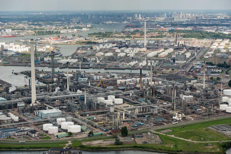 De raffinaderij van Shell bij Pernis, waarvan de medewerkers zijn uitgesloten van de vertrekregeling. Beeld ANP